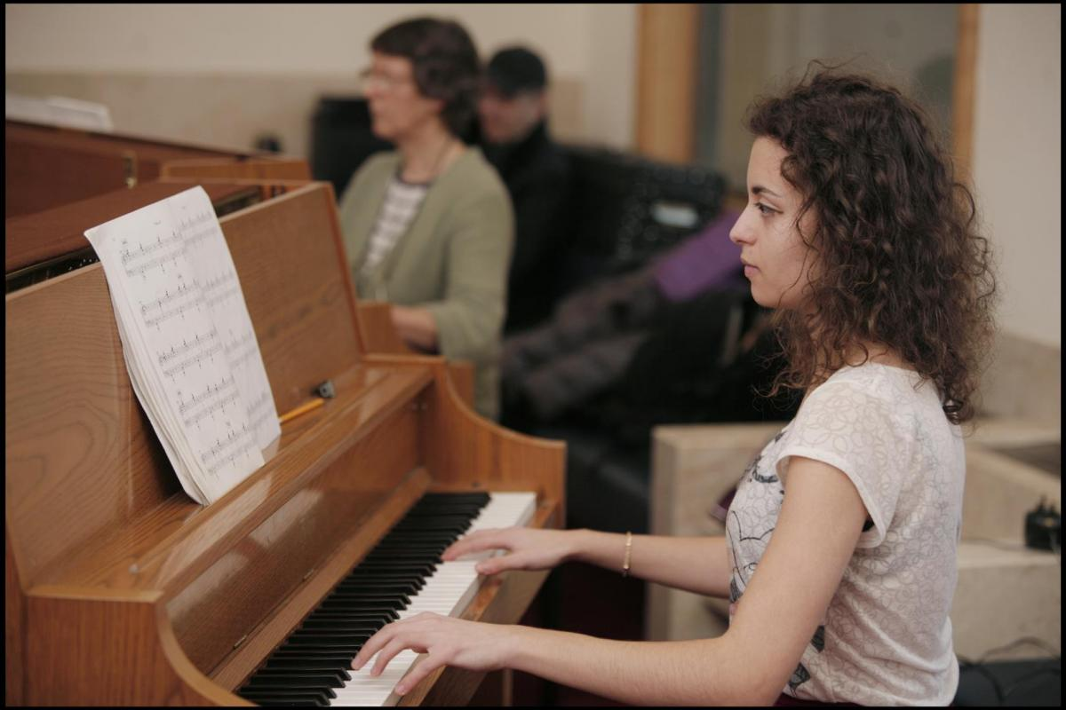 Sarah Ayoub on piano rehearsing 'Variations for strings vibe and piano' in front of composer Steve Reich